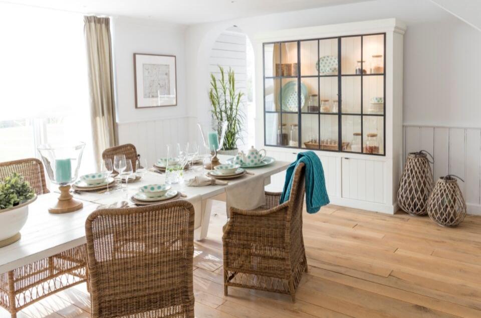 In diesem Beitrag bekommen Sie alle wichtigen Tipps zum Thema Wohnzimmer Landhausstil.